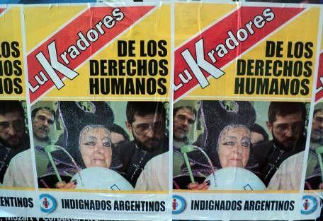 Colgaron carteles en el centro porteño contra los LuKradores de DDHH